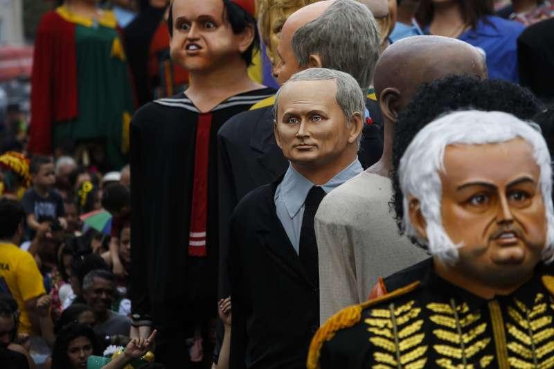 嘉年華中以俄羅斯總統普京為主題的人偶。(AP)