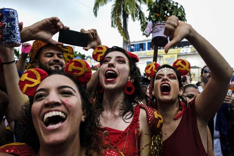 參與嘉年華的群眾對博索納羅的人偶喝倒采。(AP)
