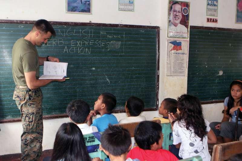 而教育方面,菲律賓國小和國中每天都有一堂英文課,而到了高中,則變成全英文課程,和台灣相比當然差很多。(圖片取自3D MEB)