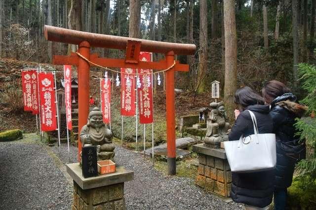 神社內供奉著商業之神稻荷大明神。手前方並非狛犬,而是惠比壽神與大黑神=攝於2月7日(圖/潮日本)