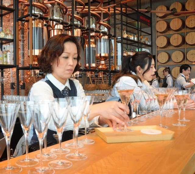 「星巴克臻選®東京烘焙工坊」3樓吧台,可享用葡萄酒、啤酒和雞尾酒=攝於2月27日(圖/潮日本)