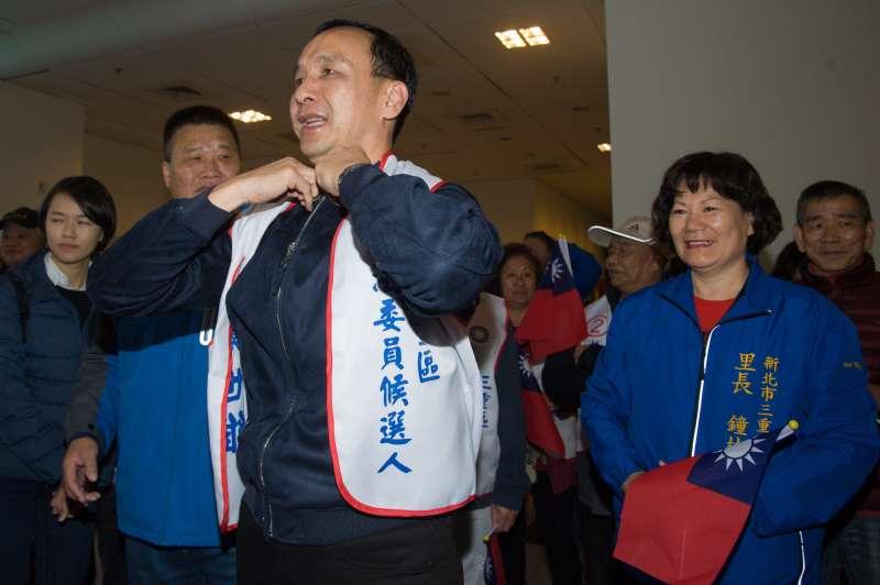 20190307-新北三重團結誓師大會,前新北市長朱立倫穿上競選背心。(甘岱民攝)