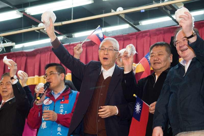 20190307-新北三重團結誓師大會,國民黨主席吳敦義拿起包子。(甘岱民攝)