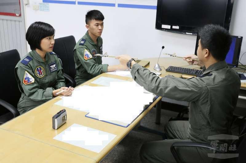 來自第三戰術戰鬥機聯隊的張簡芝穎中尉( 左一),與飛官共乘IDF經國號戰機,是國內少數有此經驗的女性航空醫官。(軍聞社).jpg