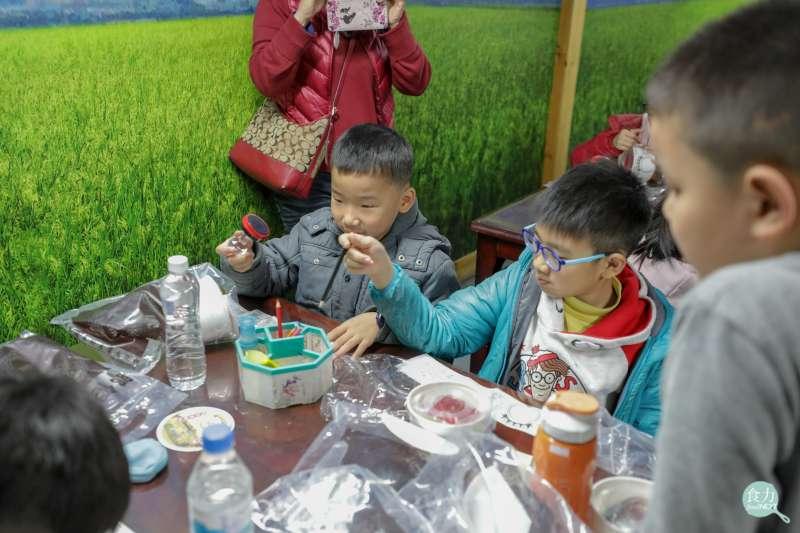 「虎牌米粉那個年代觀光工廠」的彩繪碗米粉DIY活動讓大小朋友都樂在其中,更可帶回米粉回家煮。(圖/食力提供)