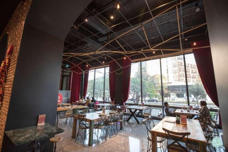 紅頂穀創穀物文創樂園另外設置了咖啡廳及商品區,讓民眾除了買門票參觀觀光工廠之外還有更多休閒選擇。(圖/食力提供)