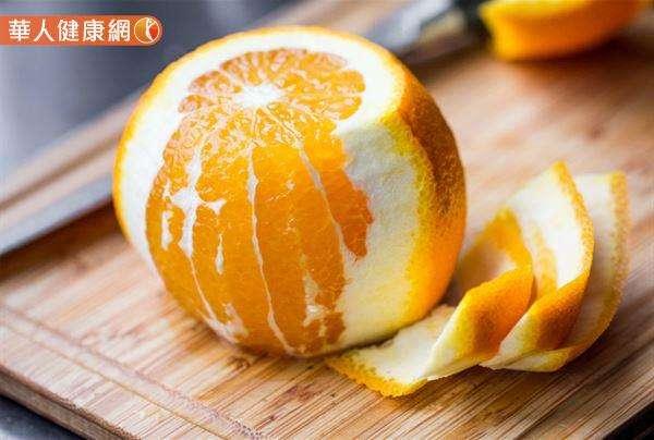 橘子、柳丁、柚子、檸檬等柑橘水果,外皮下多會有一白白的海綿層,這層物質中是水果維生素C和生物黃酮素含量最多的地方之一。故建議食用、打汁時,最好一起攝取。(圖/華人健康網提供)