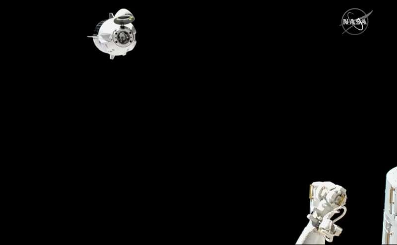 美國SpaceX公司「天龍乘員號」(Crew Dragon)太空船順利由國際太空站分離、重新返回大氣層。(美聯社)