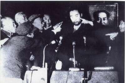 文革期間,十世班禪曾遭批鬥入獄,他在獄中被單獨囚禁,也在此期間學習使用漢語。(維基百科公有領域)