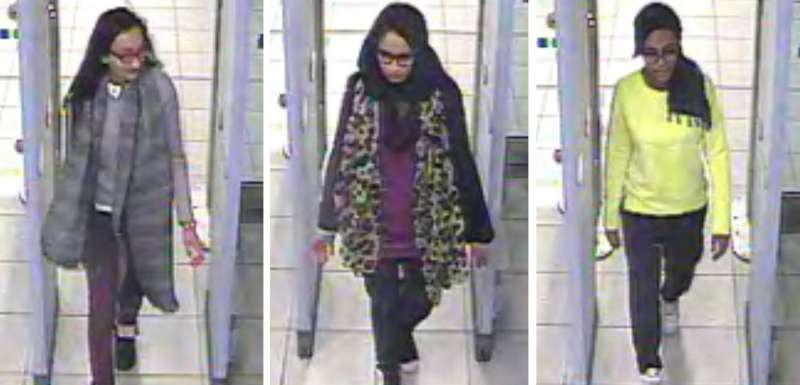 2015年2月23日,英國少女貝格姆與另外兩名少女要飛往土耳其轉機至敘利亞前,在英國機場被拍到的照片。(美聯社)