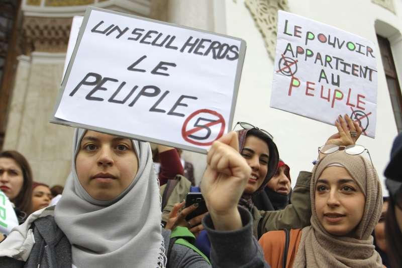 阿爾及利亞人民連日走上街頭,抗議82歲總統布特佛利卡尋求5連任。(AP)