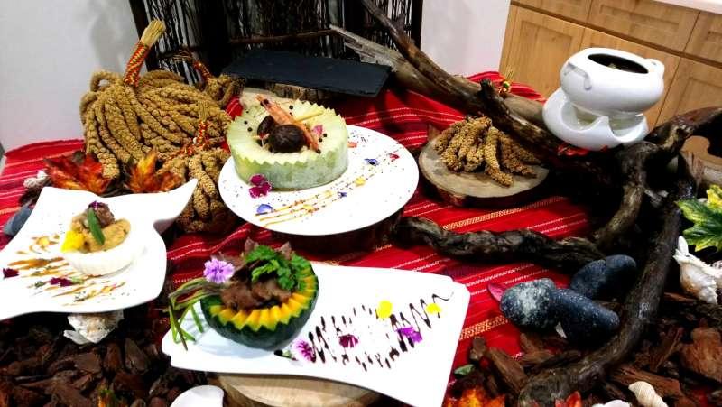 謝秉翰在「2018世界名廚錦標賽」設計5道融合原民文化的菜色,讓來賓大為驚艷。(圖/義守大學提供)