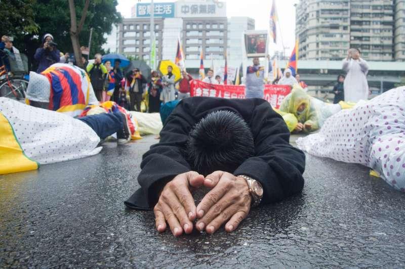 20190310-310西藏抗暴日60周年大遊行,藏人行嗑長頭儀式。(甘岱民攝)