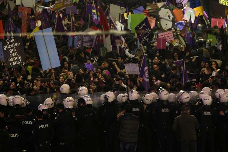 2019年3月8日,伊斯坦堡當局於婦女節臨時宣布遊行禁令,完美示範國家暴力與性別壓迫。(AP)