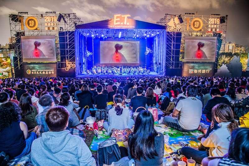 草地音樂會率先安排放映「E.T.外星人」,結合巨型螢幕與百人交響樂團悠揚樂聲,展現別開生面的戶外電影交響音樂會。(圖/徐炳文攝)