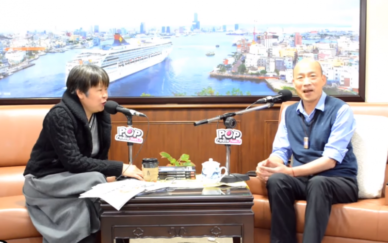 20190311-高雄市長韓國瑜(右)接受《POP搶先爆》廣播節目專訪,圖左為主持人黃光芹。(取自Youtube《POP搶先爆》影片)