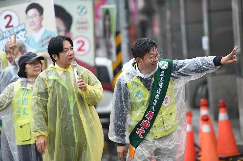 前行政院長賴清德(左)輔選郭國文(右),拚到反覆強調民進黨「只剩一口氣」。(賴清德臉書)