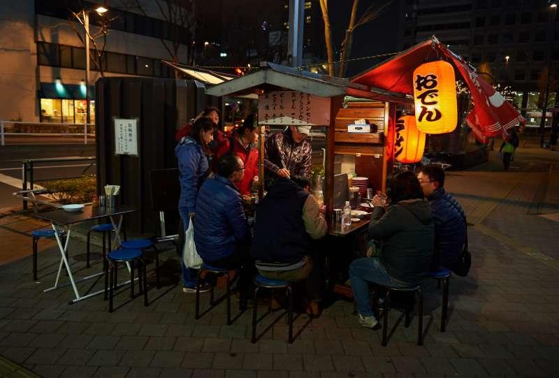 晚上的路邊攤在日文中寫作「夜店」(圖/Flickr @Gene Wang)