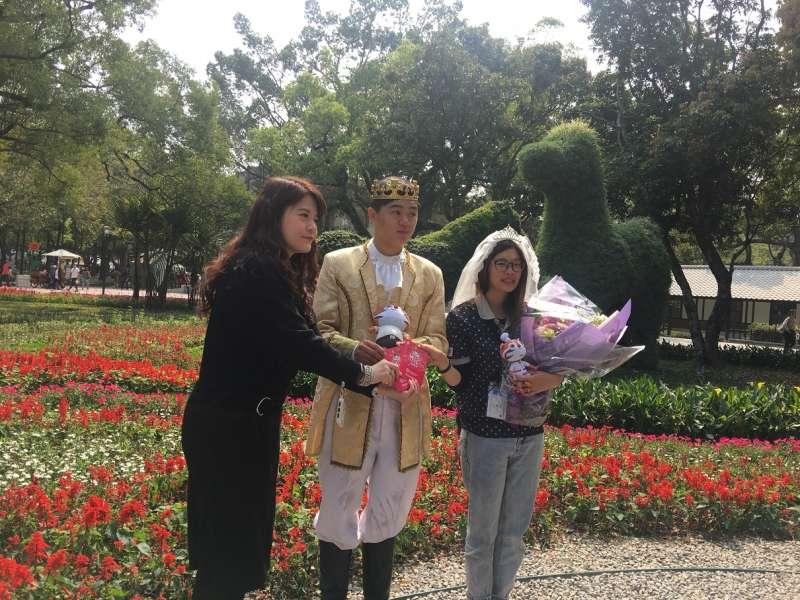 台中市府觀旅局長林筱淇為這對情侶送上祝福的禮物。(圖/王秀禾攝)