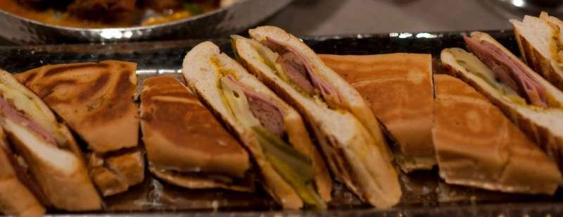 在《五星主廚快餐車》的拍攝過程,製作出了八百份的古巴三明治。(圖/電影劇照,影製所提供)