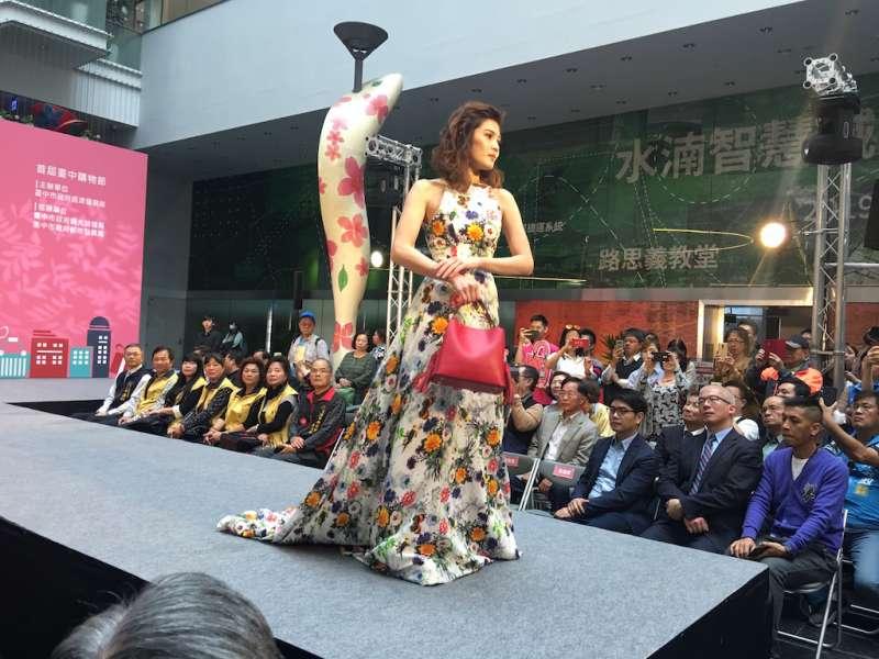 模特兒在台中購物節記者會上走秀,介紹台中專屬的各類商品。(圖/記者王秀禾攝)