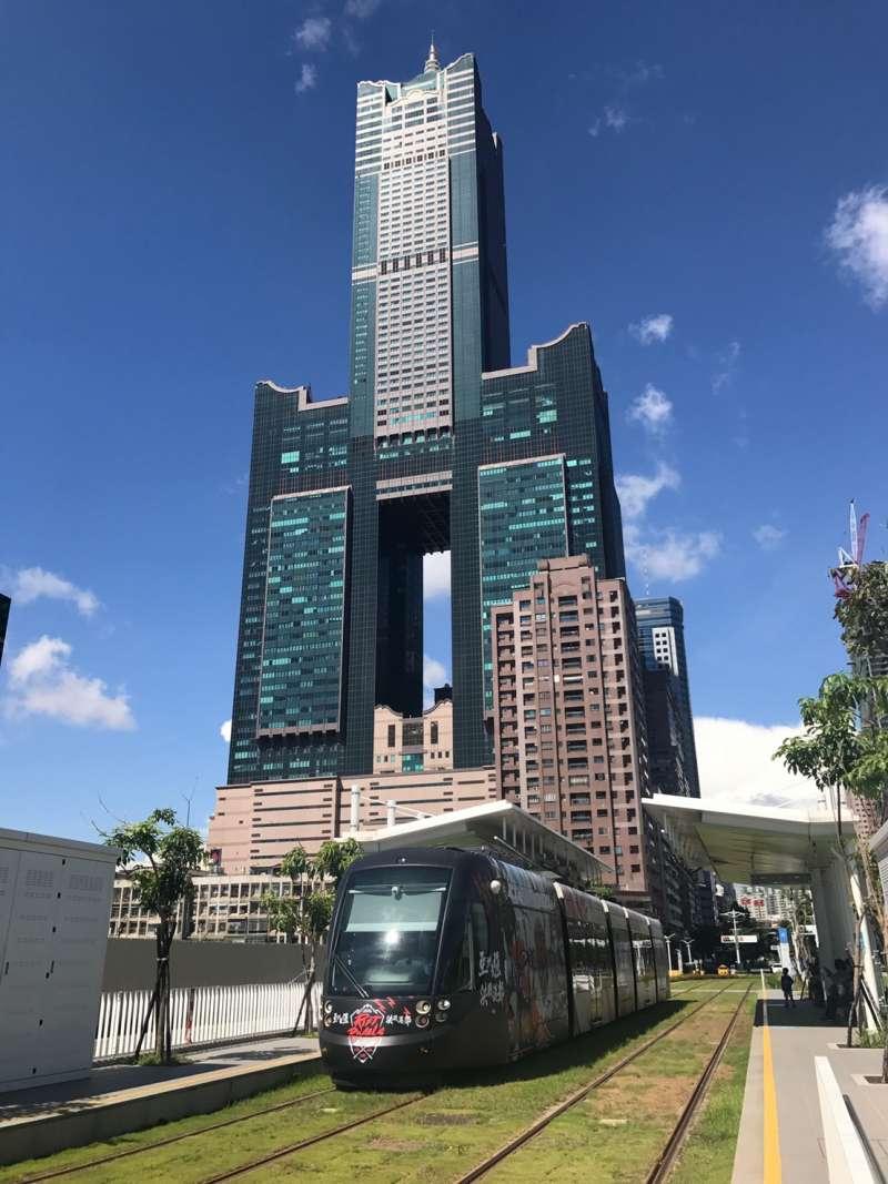 20190314-高雄市知名地標85大樓、高雄輕軌。(呂紹煒攝)