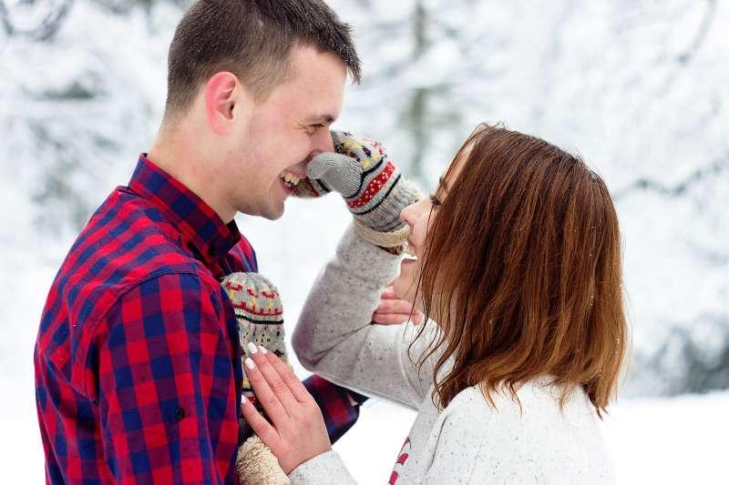 旁人眼中看似噁心的親密用語,對戀愛中的情侶而言其實都是情感的基礎,科學家甚至指出,用詞越愚蠢、越幼稚代表兩人的感情越穩定。(圖/取自pexels)