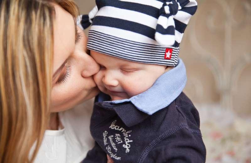科學家認為情侶之間會使用親密的兒語交談,就是源自於人類最早接觸「愛」的經驗,也就是嬰兒與母親之間的互動。(圖/取自pexels)