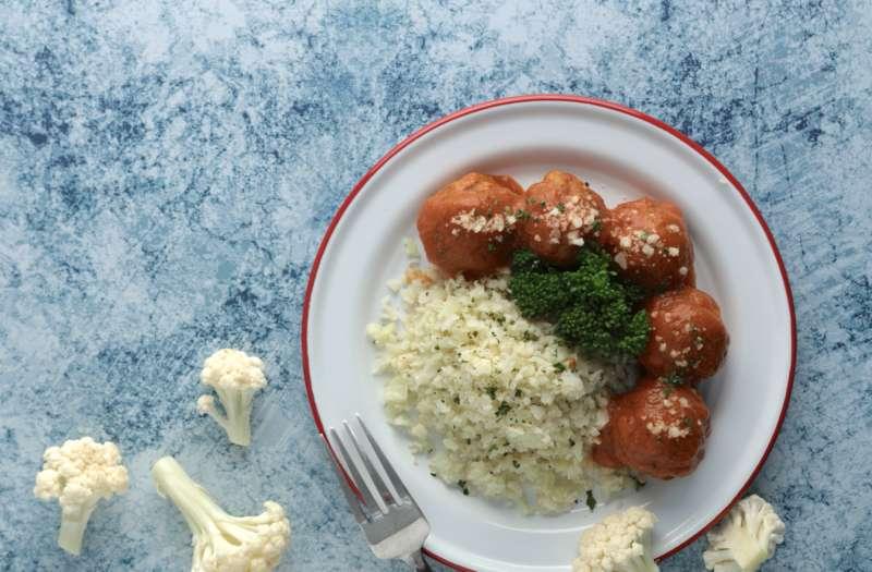 GREEN & SAFE的「安心白花椰米」可與「義式番茄紅藜豬肉丸」搭配食用(圖/GREEN & SAFE)