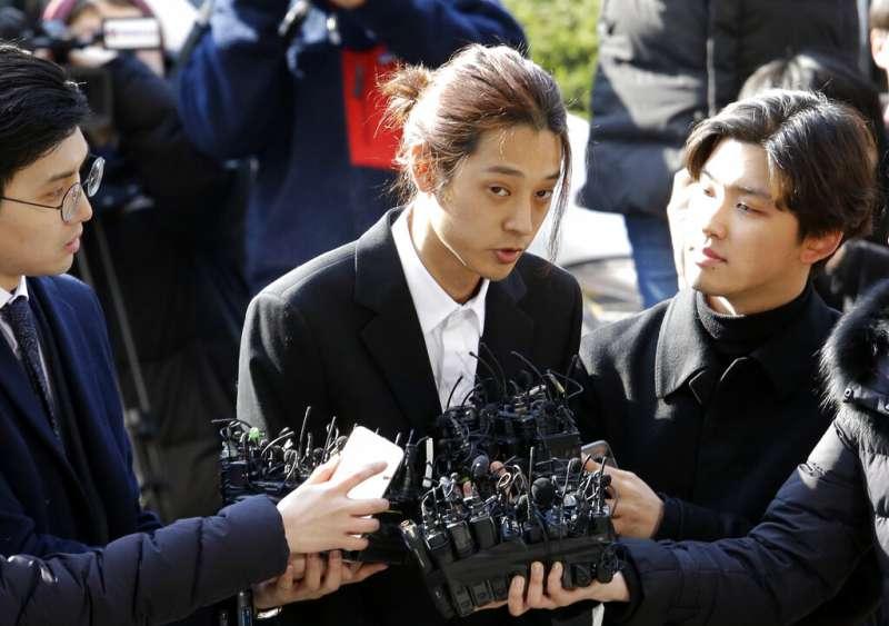 涉嫌偷拍和散播不雅影片的南韓藝人鄭俊英14日以嫌疑人身份到案接受警方調查。(美聯社)