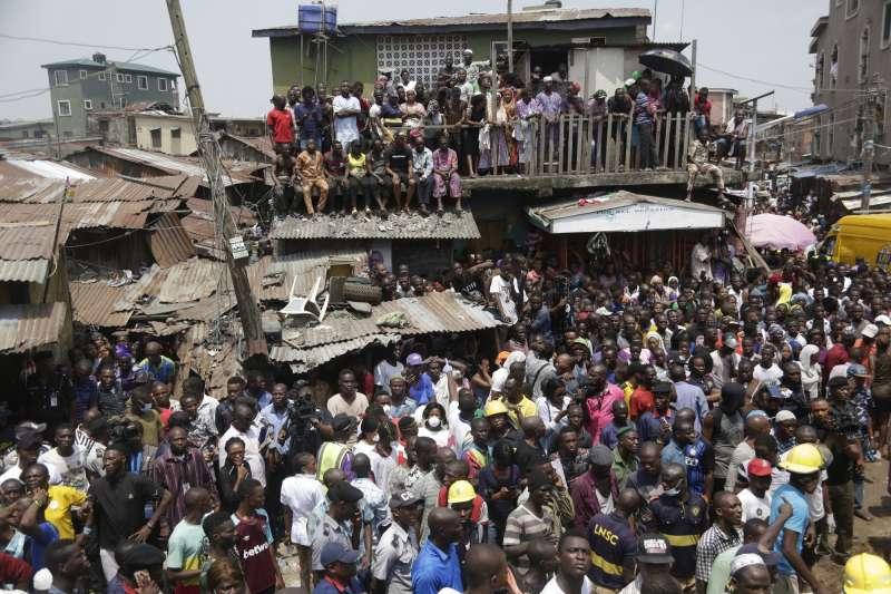 奈及利亞學校倒塌,眾人圍觀。(AP).jpeg