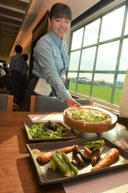 西日本鐵道的觀光列車「THE RAIL KITCHEN CHIKUGO」,車內供應選用在地食材製成的套餐。(圖/潮日本提供)