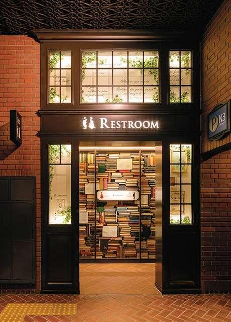 福岡的天神地下街廁所堆疊著西洋書籍,以「英國小說家的書房」為設計概念。(圖/潮日本提供)