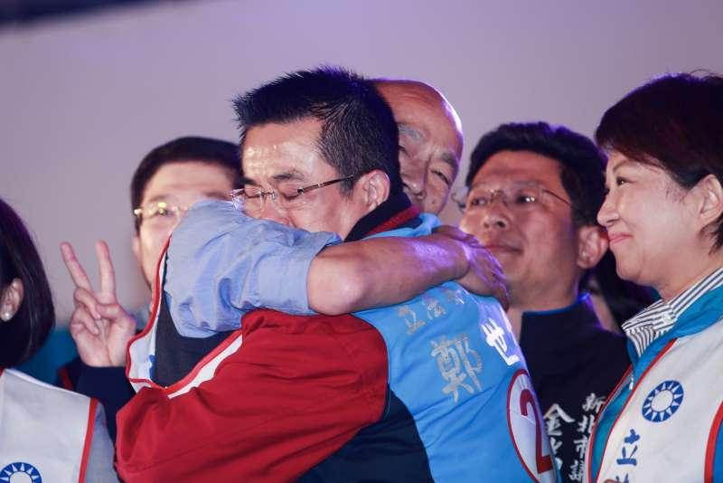 20190315-高雄市長韓國瑜(左)15日出席國民黨立委候選人鄭士維選前之夜,兩人相擁。(簡必丞攝)