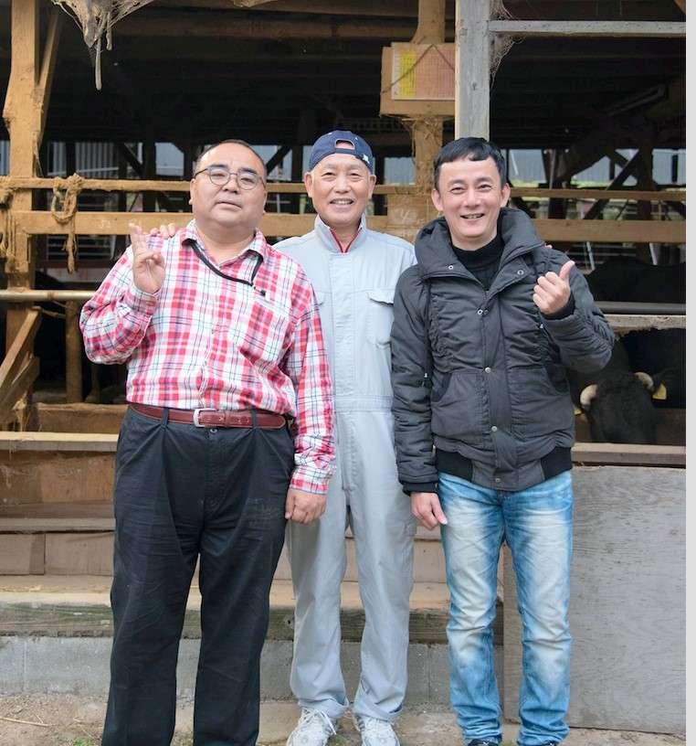 對於松田先生(中)飼養牛隻的用心,獨家代理進口的森田先生(左一)熱切想要將真正的「幻之和牛」-浪花黑牛帶給台灣饕客。
