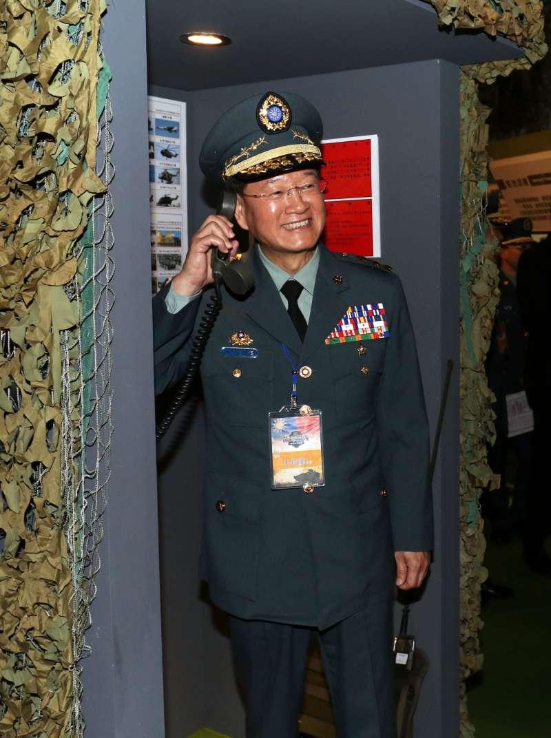 20190315-陸軍步兵特展今天登場,陸軍司令王信龍上將走入模擬的崗哨中,體驗撥打接聽哨上電話的模樣。(蘇仲泓攝)