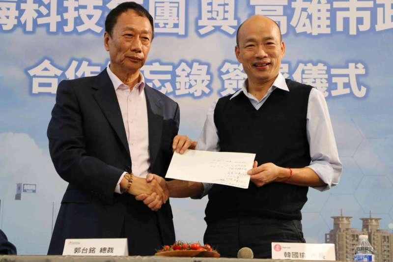 20190317_鴻海集團和高雄市政府今(17)日在總裁郭台銘(左)和市長韓國瑜(右)見證下,簽訂合作備忘錄(MOU),鴻海將年採購1000萬公斤高雄農漁產品。(高市府提供)