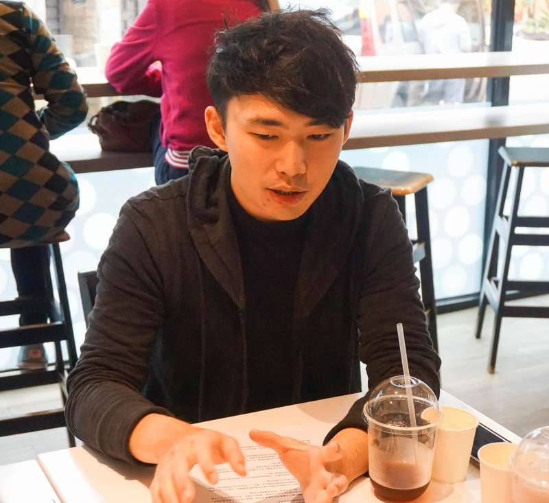 20190318-三一八學運專訪-王翔是318學運議場內的藝術小組成員,當時學運領袖接受媒體採訪的記者會,背景的許多作品都出自他的雙手。(臺灣青年民主協會提供)