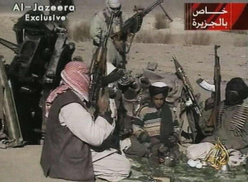2001年11月,基地組織前領導人賓拉登之子哈姆札‧賓拉登(中)在阿富汗。(美聯社)