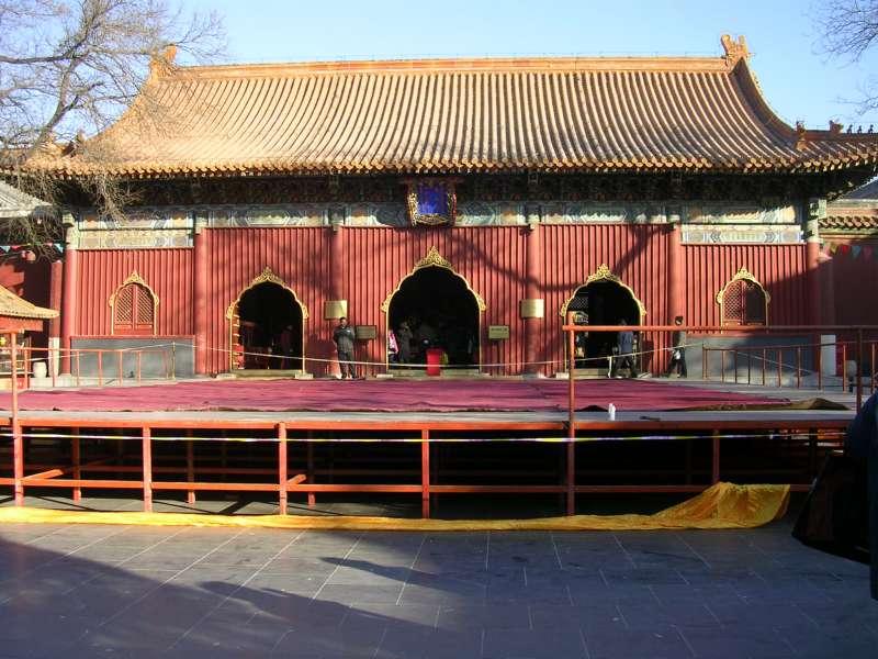 據說在以前,雍和宮是粘竿處的基地,甚至還有專屬秘密通道供特務行走,現已是熱門進香景點(圖/維基百科)
