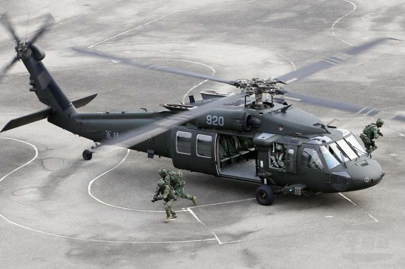20190319_特戰官兵昨搭乘陸航UH-60M黑鷹直升機,發起突擊作戰任務,展現訓練成果。(資料照,取自軍聞社)
