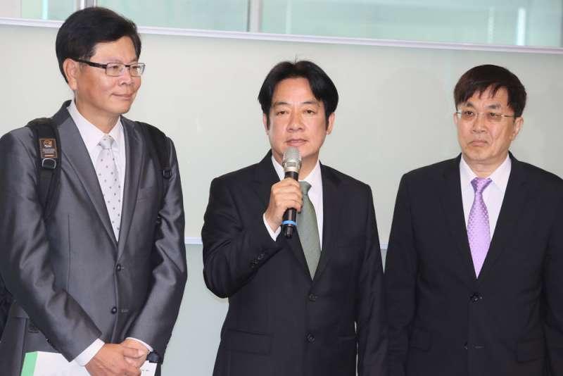 賴清德(中)在友人陪同下,登記民進黨內總統初選,正面挑戰小英。(柯承惠攝影)