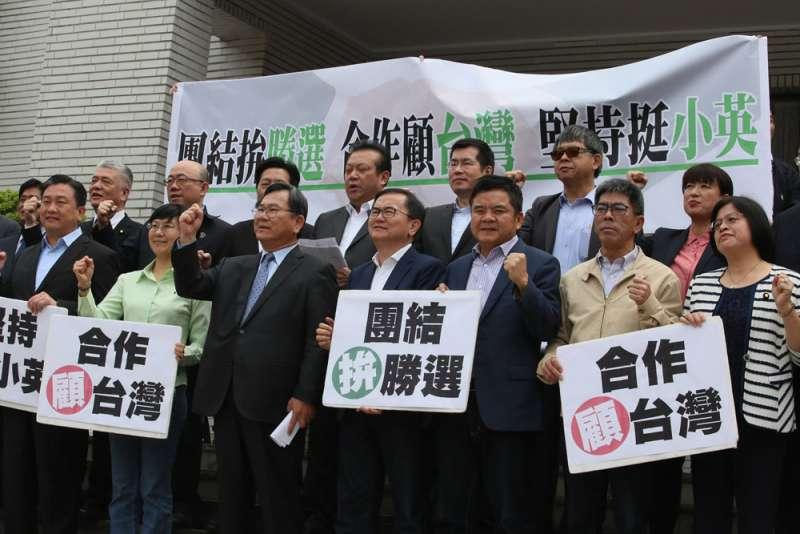 挺英立委號角響起,高喊「團結拚勝選,合作顧台灣」。(柯承惠攝)