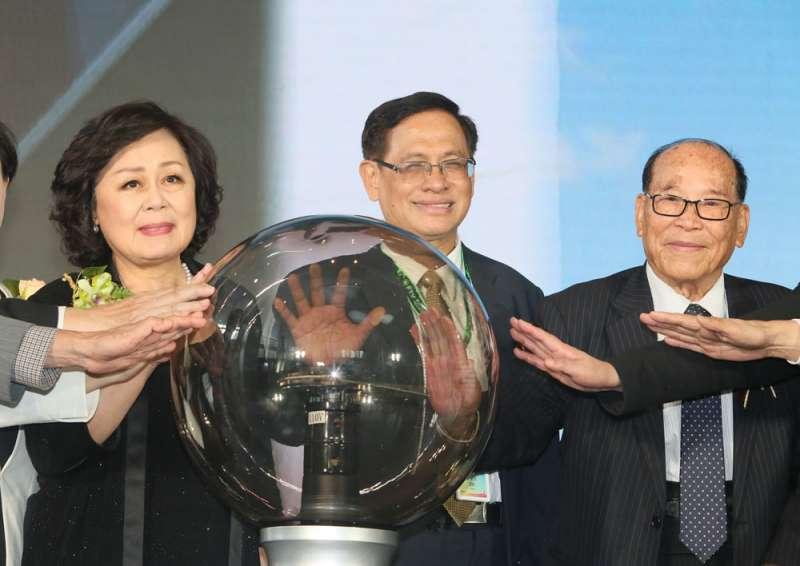 郭倍宏(中)是在王明玉(左)大力支持及運籌帷幄下,順利當上民視與民投董事長。(柯承惠攝)