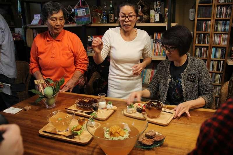 饒慶鈴與附近的媽媽們體驗洗愛玉的過程,也品嚐愛玉作的果凍等食品。(圖/台東縣政府提供)