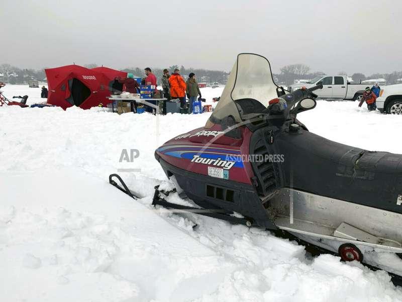 明尼蘇達州的雪地摩托車隊也需要走更遠的路才能找到好雪。(AP)