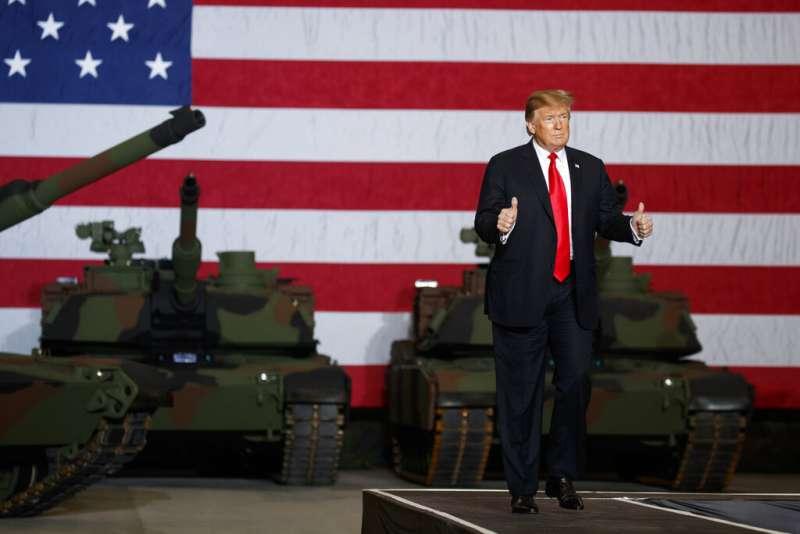 川普20日視察俄亥俄州的聯合系統製造中心,他身後是迷彩M1A2艾布蘭(Abrams)戰車。(美聯社)