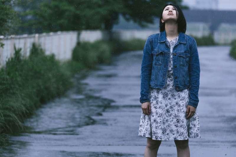 伊藤有紀是一名就讀日本群馬縣縣立高中的女孩,她受到「網路霸凌」,於2019年2月1日結束自己的生命,生前的痛苦心聲,透過留下的26張紙條展現於人們面前。(示意圖非本人/圖片取自pakutaso)