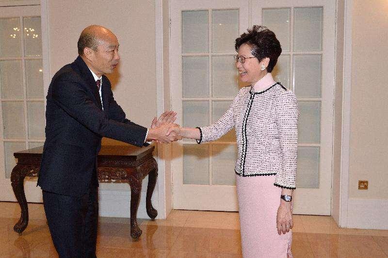 高雄市長韓國瑜(左)一抵達香港,隨即拜會香港特首林鄭月娥。(圖/徐炳文攝)