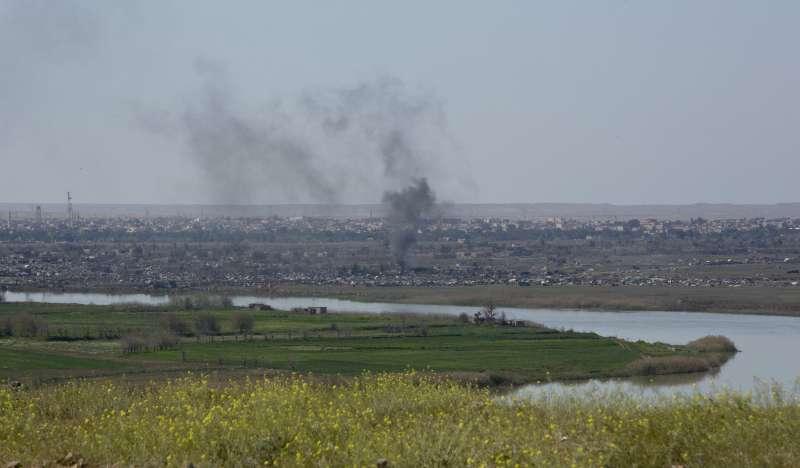 伊斯蘭國的殘餘勢力被圍困在敘利亞的巴古茲鎮(冒煙區域),並遭到美國支持的「敘利亞民主軍」強力圍剿(美聯社)
